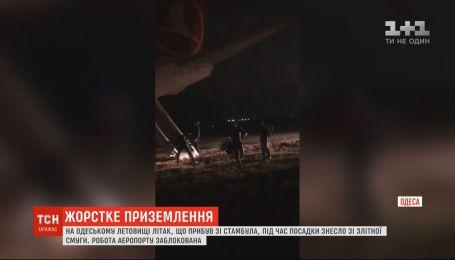 В Одесском аэропорту самолет при посадке снесло со взлетной полосы