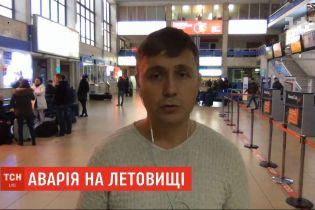 До 12 часов в аэропорту Одессы отменили все рейсы из-за аварийной посадки самолета