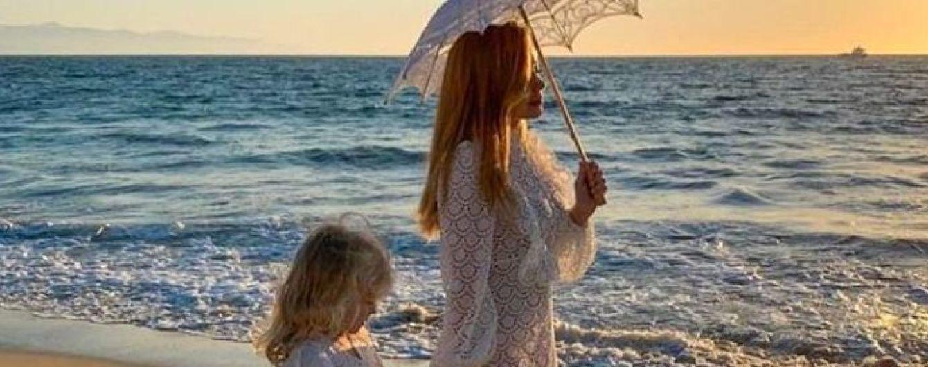 """У білій ажурній сукні на пляжі Лос-Анджелеса: Тіна Кароль презентувала кліп на пісню """"Иди на жизнь"""""""