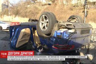 Елітний позашляховик у Києві вилетів на тротуар, зачепив відбійник і перевернувся