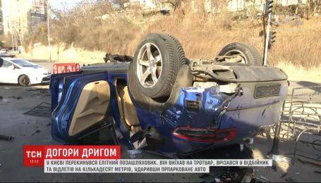 Элитный внедорожник в Киеве вылетел на тротуар, зацепил отбойник и перевернулся