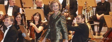 В эффектном бронзовом костюме: 81-летняя королева София сходила на концерт