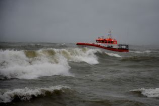 """Аварія """"Делфі"""" в Одесі: навколо танкера встановлюють бони, щоб запобігти забрудненню води"""