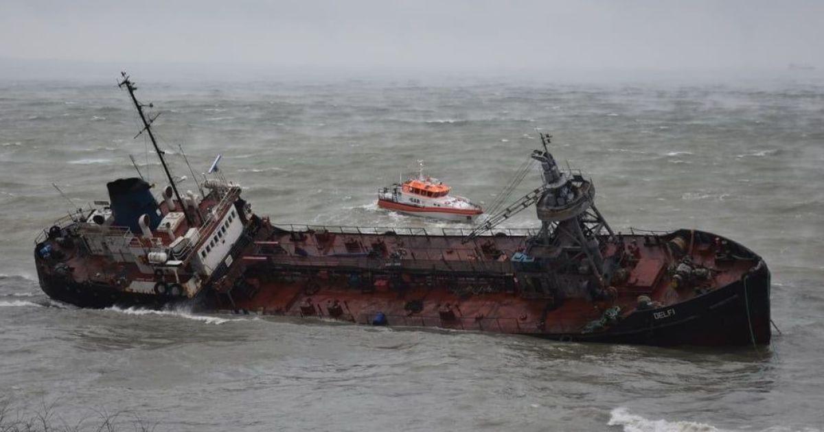 """Ржавеет на суше, а владелец отказался возместить убытки: что известно о судьбе танкера """"Делфи"""""""