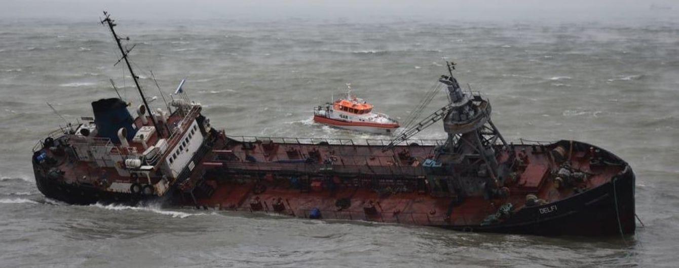 Біля Одеси із затонулого танкера стався витік палива
