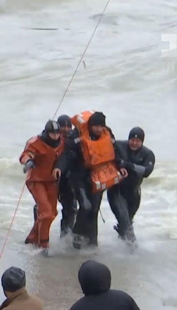 Трех украинцев, которые застряли на неуправляемом танкере, наконец-то эвакуировали