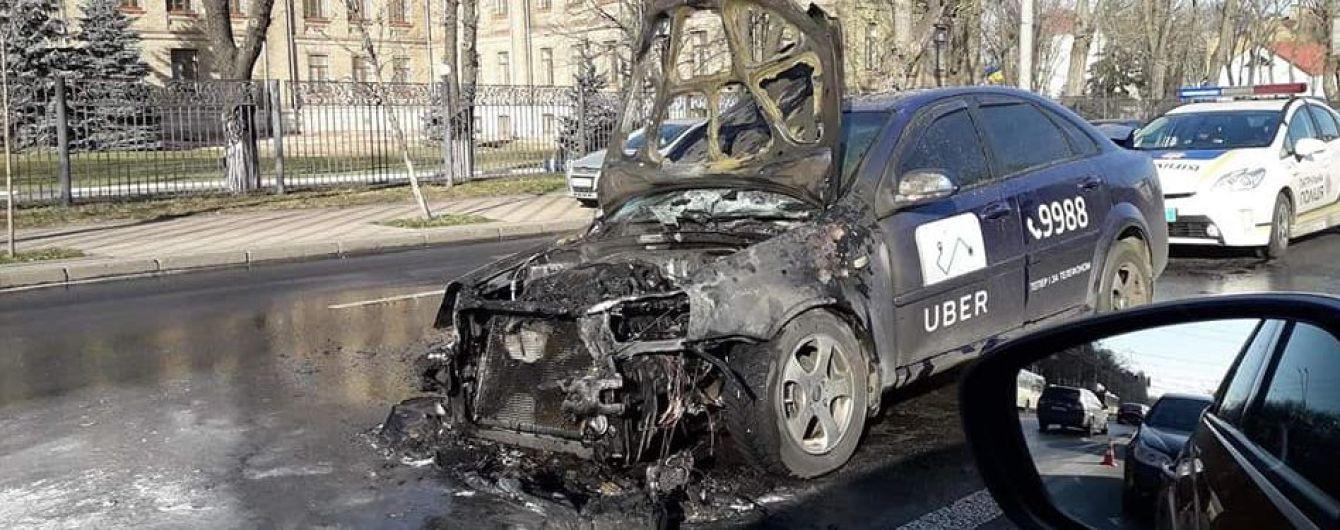В Киеве во время движения загорелось такси