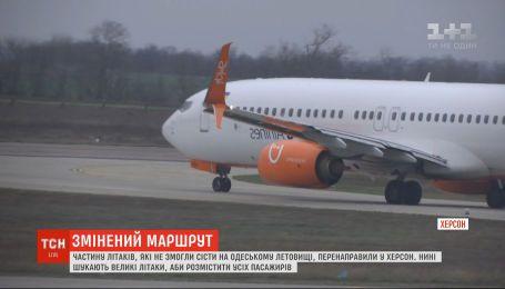 Херсонский аэропорт принимает самолеты, которые не смогли сесть на одесском