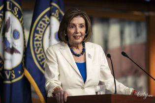 В белом костюме и с часами с радужным ремешком: спикер Палаты представителей США на пресс-конференции