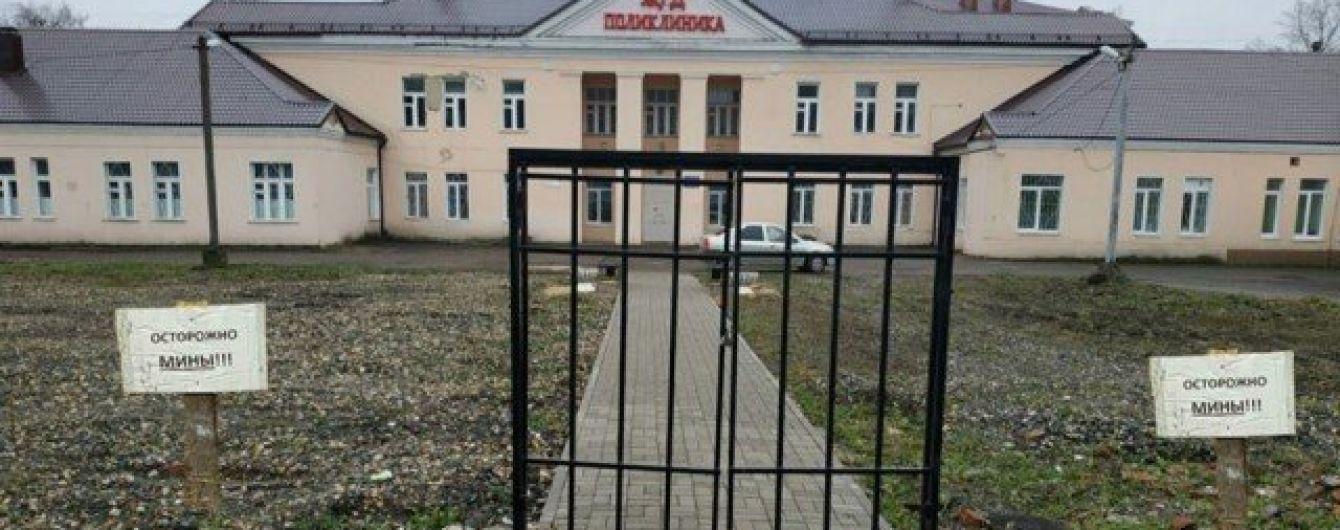 В РФ біля поліклініки встановили лише ворота без паркану