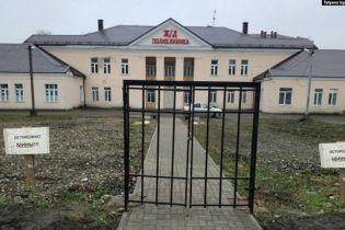 В РФ возле поликлиники установили только ворота без забора