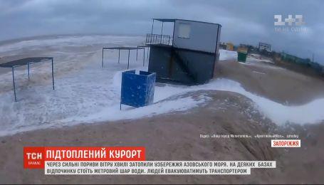 С помощью плавучего транспортера из затопленных баз отдыха на Запорожье эвакуируют людей
