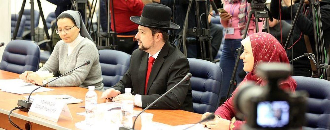 В Украине разрешили фотографироваться на паспорт в шляпах, платках и хиджабах