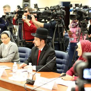 В Україні дозволили фотографуватися на паспорт у шляпах, хустках і хіджабах