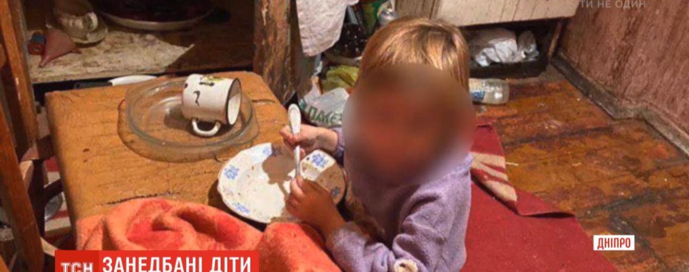 В Днепре полиция забрала у матери двух неухоженных дочерей. Дети ели бумагу и пенопласт