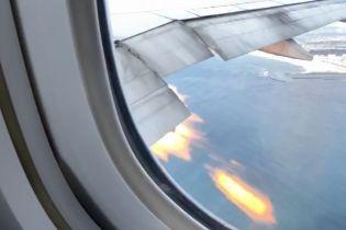 В США пассажирский самолет срочно пошел на посадку, когда из двигателя начало бить пламенем