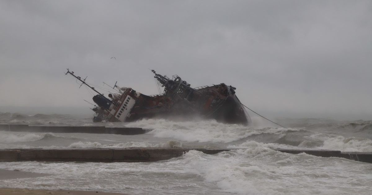 Авария танкера возле Одессы: уровень нефтепродуктов в воде превышен почти в 160 раз