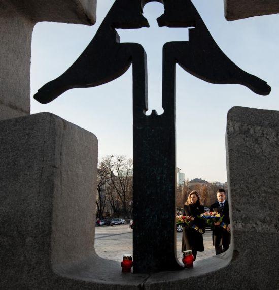 """""""Як може з'явитися думка знищити цілий народ?"""" Зеленський вшанував пам'ять жертв Голодомору"""