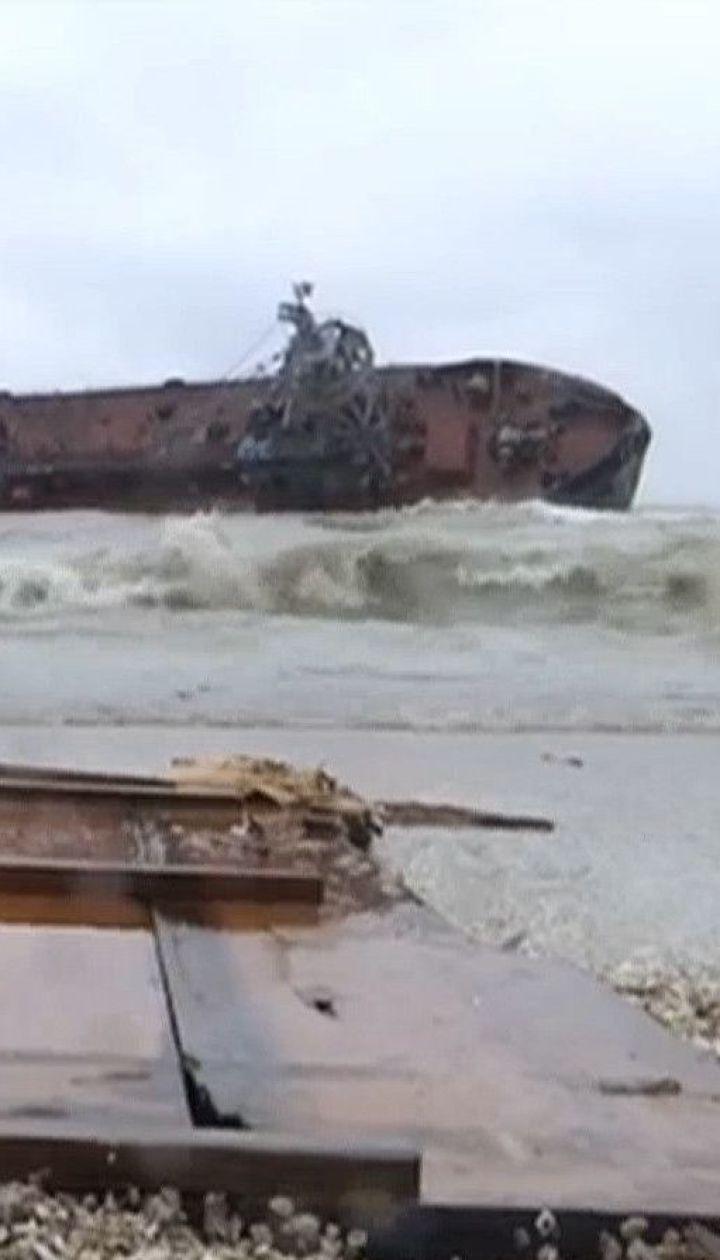 """Довкола танкера """"Делфі"""" зафіксували рівень забруднення води у 160 разів вищий норми"""