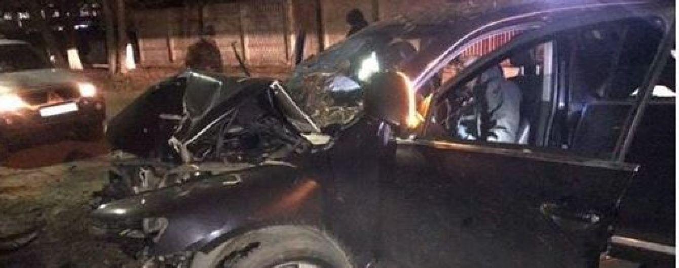 Под Киевом внедорожник на скорости влетел в дерево: девушка впала в кому