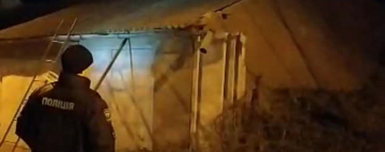 В Одессе вооруженный топором психически больной при попытке задержания сбил полицейского камнями с крыши