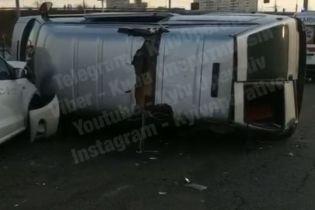 В Киеве на перекрестке перевернулся микроавтобус
