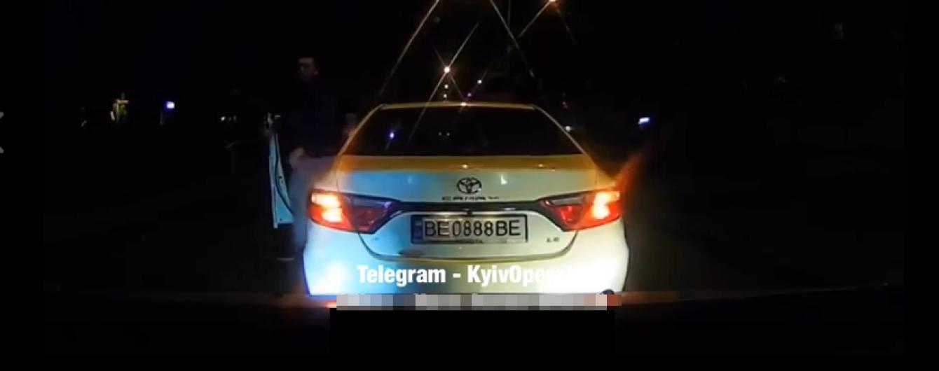 Угрожал отобрать авто. В Киеве наглый водитель Toyota устроил разборки посреди дороги