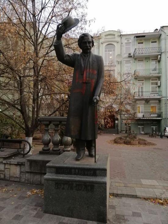 У центрі Києва невідомі розмалювали свастикою пам'ятник Шолом-Алейхему