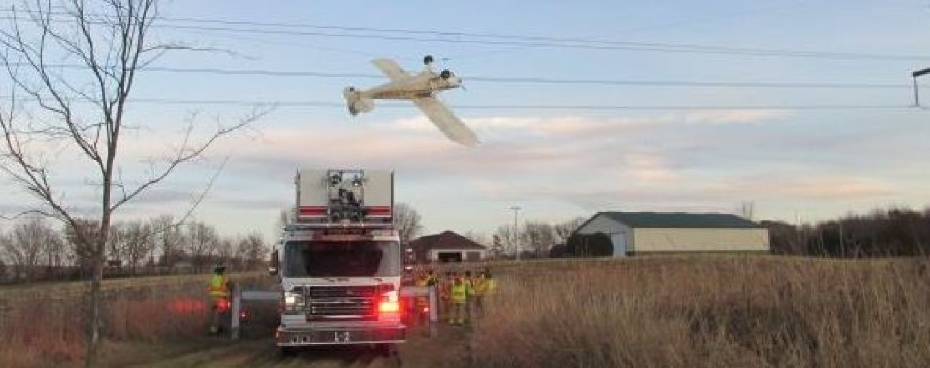 В США легкомоторный самолет повис на линии электропередач