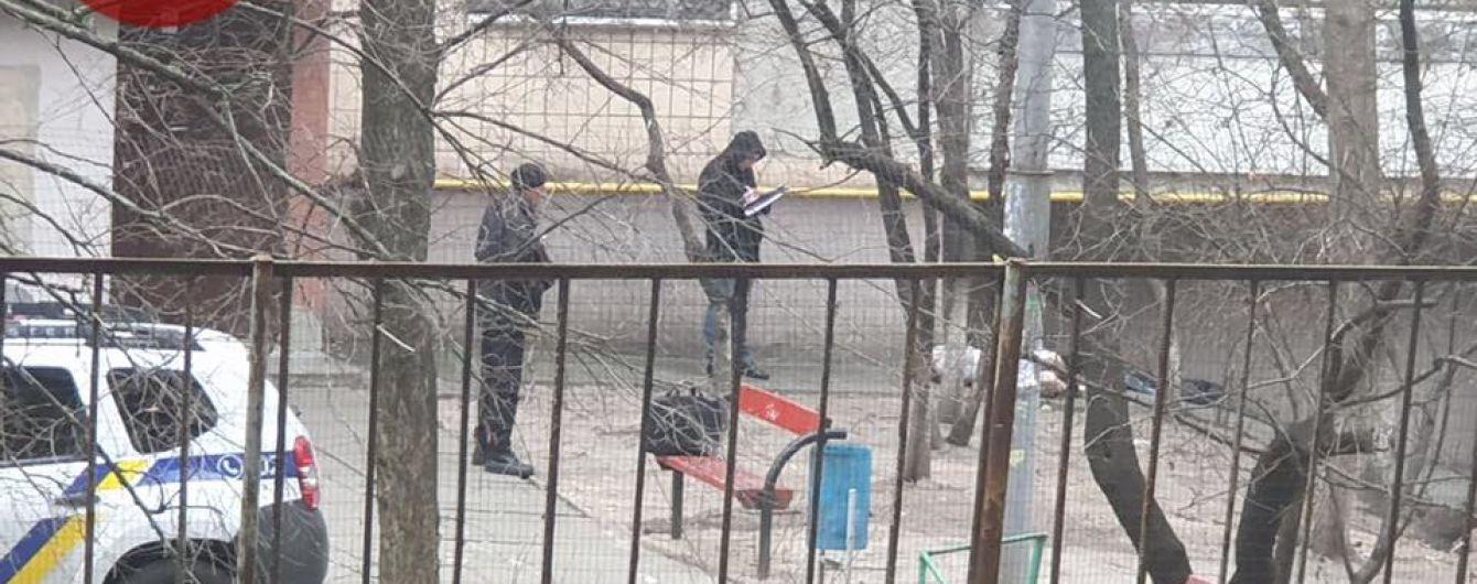 У Шевченківському районі Києва знайшли тіло чоловіка. Він міг померти від переохолодження