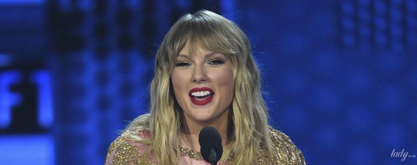 Асиметрична сукня, золоте боді і біла сорочка: ефектні образи Тейлор Свіфт на American Music Awards