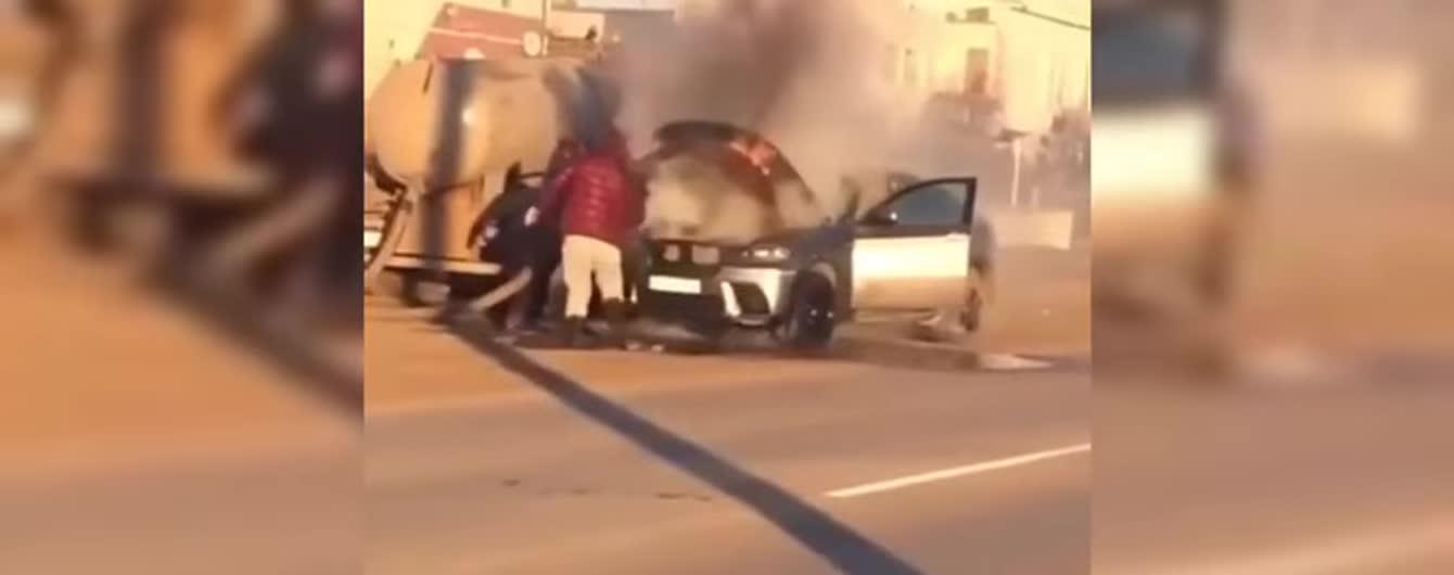 В России пламя в престижном автомобиле потушили фекалиями