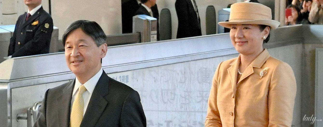 В бледно-облепиховом костюме и в жемчужных украшениях: новый образ императрицы Японии Масако