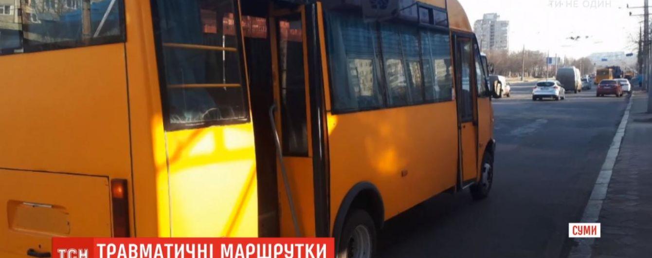 У Сумах з маршруток випали дві пенсіонерки: одна пасажирка померла, інша - опинилася у лікарні
