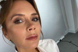 Виктория Бекхэм в белом костюме повторила свой фирменный шпагат на шоу Дедженерес