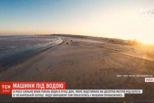 В России десятки авто ушли под воду после того, как водители решили погонять по обмелелому заливу