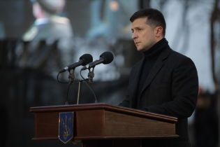 Зеленский из аэропорта попросил Правительство закрыть долги по зарплате перед врачами и учителями