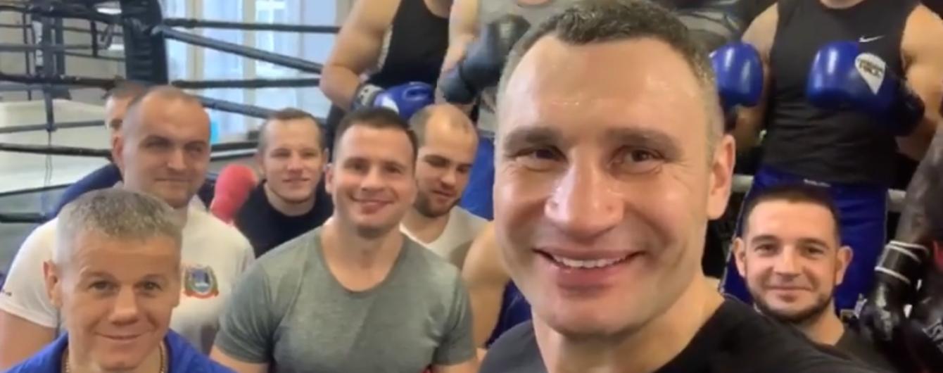 Спітнілий Кличко влаштував спаринг у ринзі з київськими поліцейськими