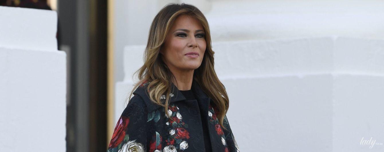 У розкішному пальті від Dolce & Gabbana і на лубутенах: Меланія Трамп зустріла різдвяну ялинку