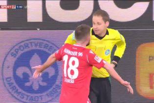 В Германии арбитр отменил шедевральный гол из-за того, что мяч попал ему в ягодицы
