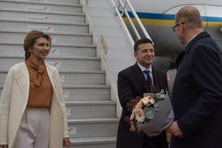 В молочном пальто и с мужем: стильная Елена Зеленская в Эстонии