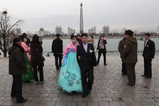 Весілля, робота та громадський транспорт. Фотограф показав повсякденне життя КНДР