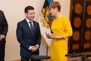 В банановом платье и туфлях в тон ковра: президент Эстонии Кальюлайд выбрала для встречи с Зеленским яркий образ