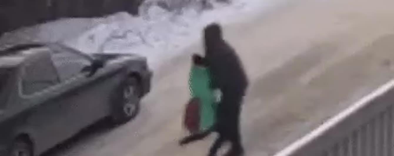 В России камеры сняли, как бывший заключенный прямо на улице похитил ребенка. Ее спас подросток