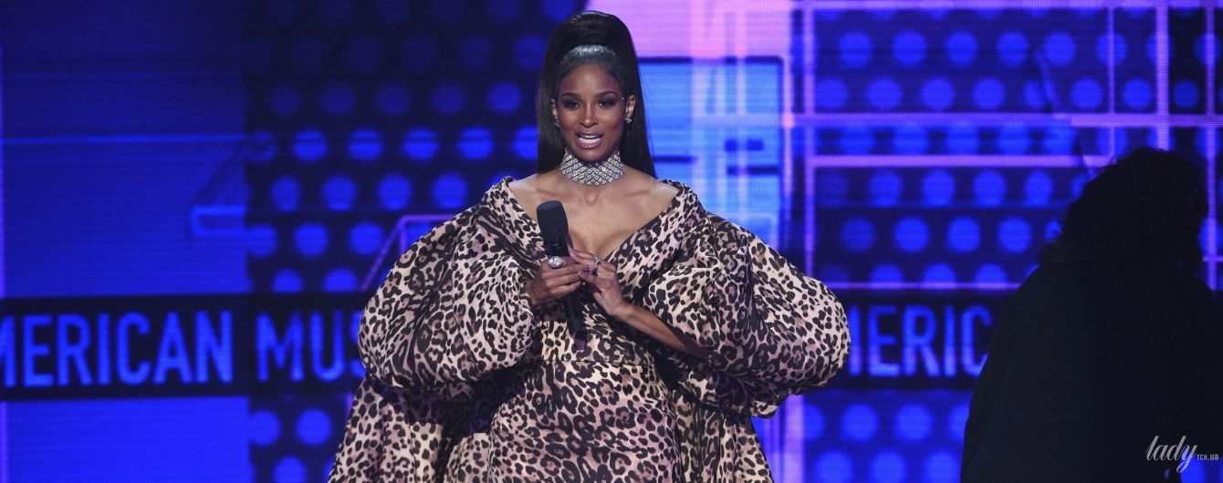 Леопардова сукня, срібляста і блискучий ромпер: ефектні образи Сіари на сцені музичної церемонії