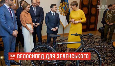 Президент Эстонии подарила Зеленскому электровелосипед с именной табличкой
