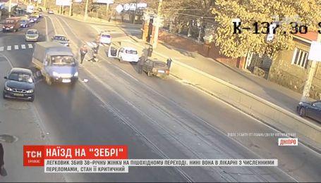В Днепре медики спасают женщину, которую на пешеходном переходе сбила машина