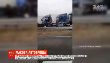 Фуры, легковушки и рейсовый автобус из-за гололеда столкнулись на Одесской трассе