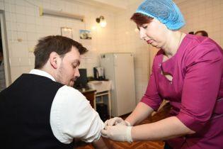 Гончарук сделал прививку и объявил о кампании в Украине по вакцинации