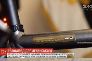 Вышиванка и велосипед: президенты Украины и Эстонии обменялись подарками